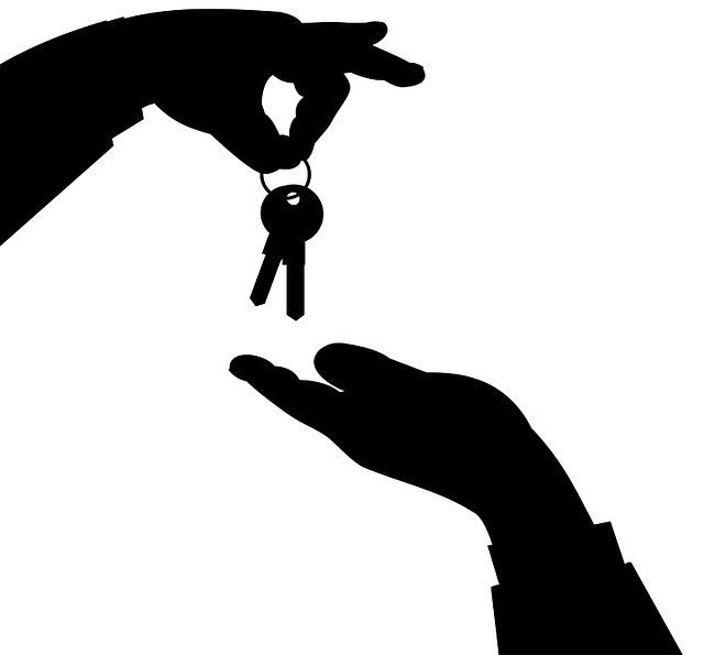 klíče z ruky do ruky
