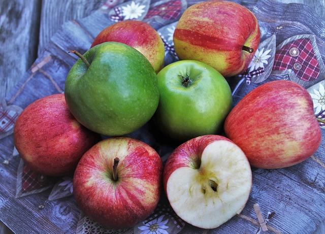 zelená a červená jablka