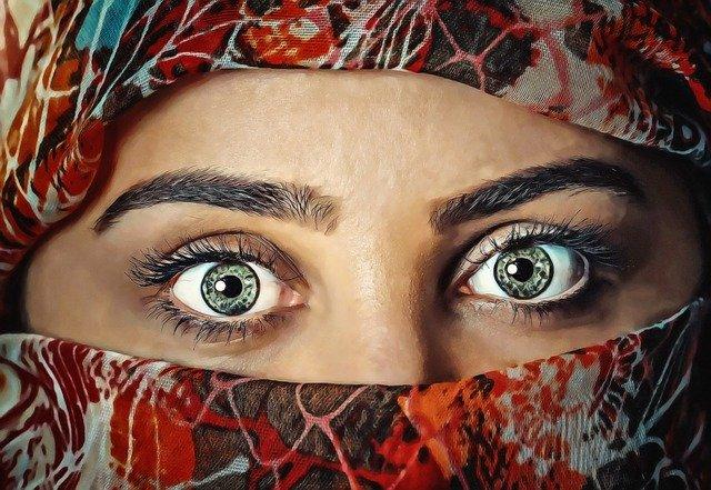 vykulené oči