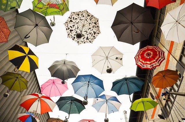 zavěšené deštníky