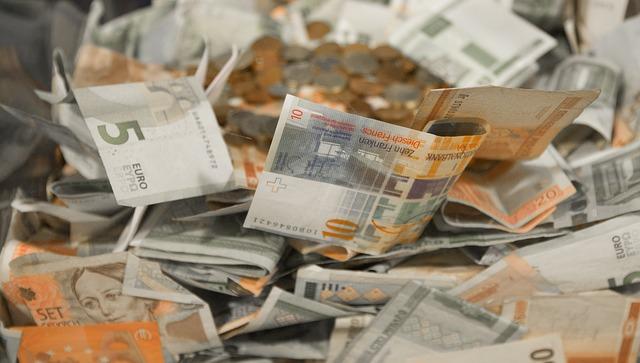 hromada eurových bankovek.jpg